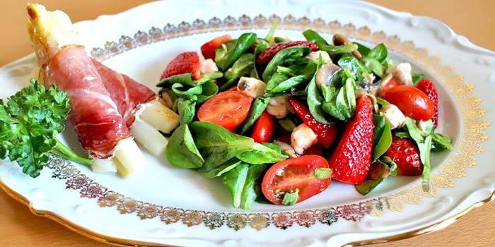 Low Carb Frühlingssalat mit Erdbeeren und Spargel