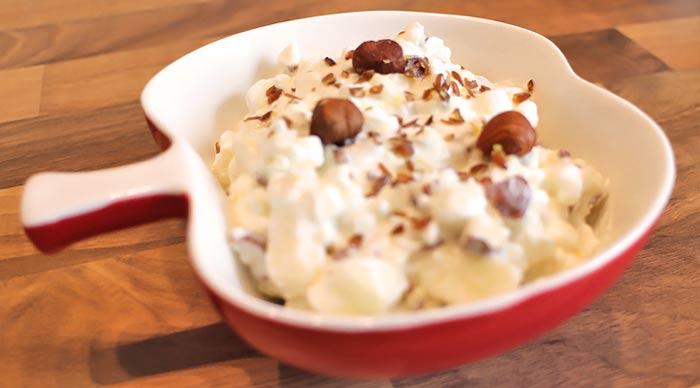 Low Carb Frühstück | Hüttenkäse mit Birne und Haselnüssen