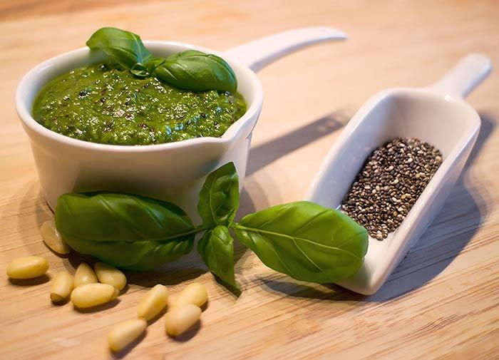 Low Carb Rezept | Chia-Basilikum-Pesto mit Zedernüssen