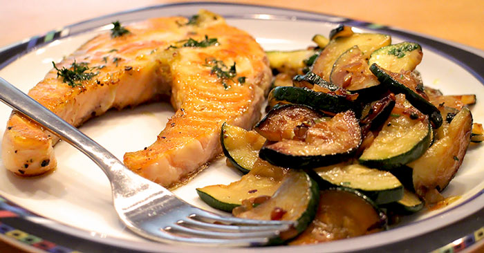 Low Carb Rezept | Lachssteaks an Zucchinigemüse