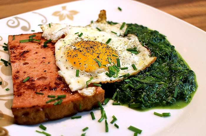 Low Carb Rezept | Abgebräunter Leberkäse mit Spiegelei und Spinat