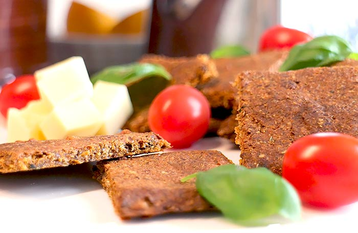 Low Carb Tomaten-Knoblauch-Cracker mit Goldleinsamenmehl