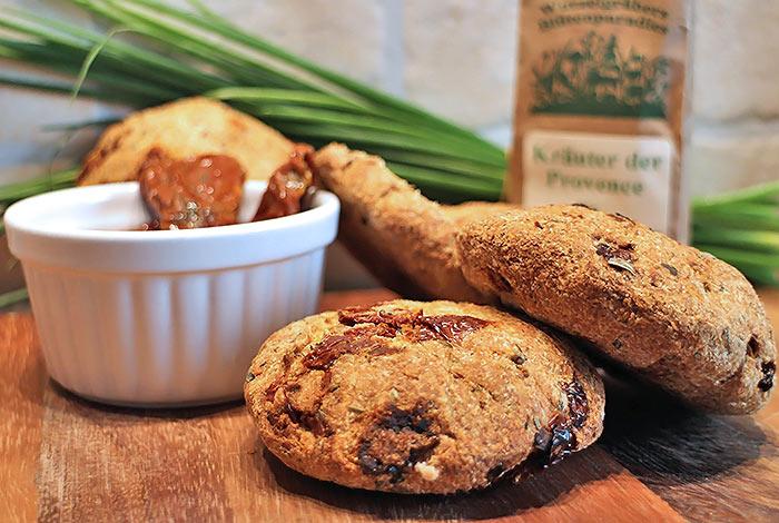 Italienische Low Carb Brötchen mit getrockneten Tomaten und Kräutern der Provence