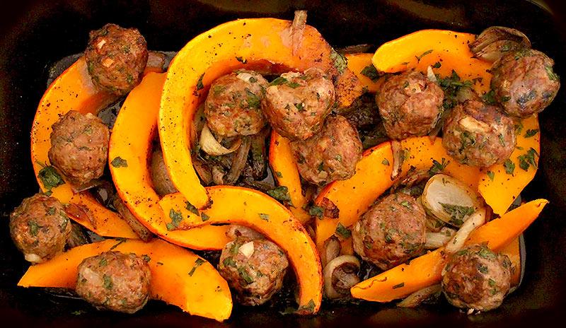 Low Carb Auflauf - Kürbisspalten mit Hackbällchen und Balsamico-Zwiebeln