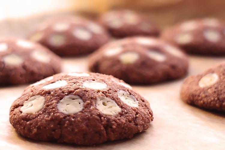 Low Carb Schokocookies mit weißen Schokodrops
