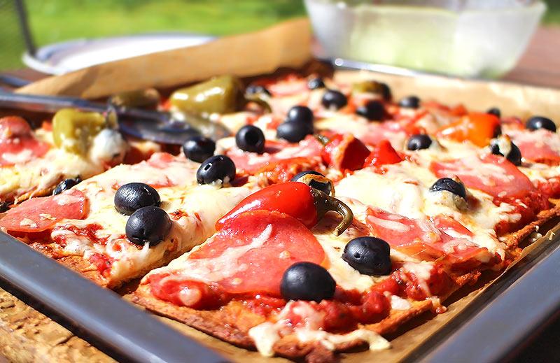 Perfekte Low Carb Pizza mit knusprigem Boden