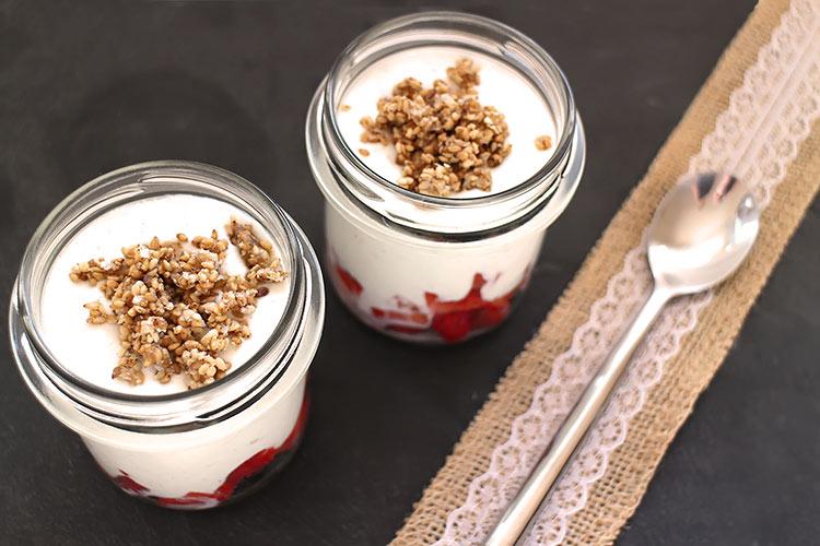 Joghurt mit Erdbeeren und Sesam-Crunch (Low Carb)